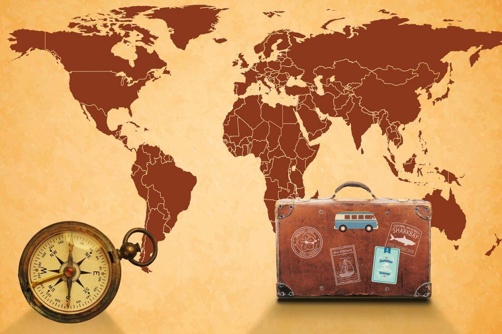 Carte du monde, boussole et valise
